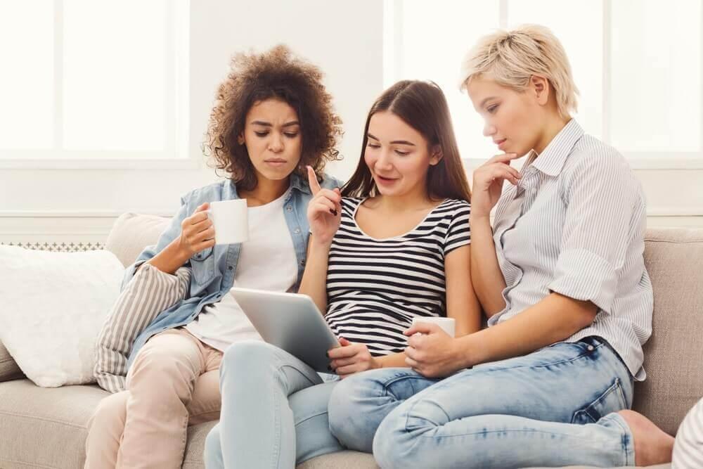 3 Girls looking at ipad